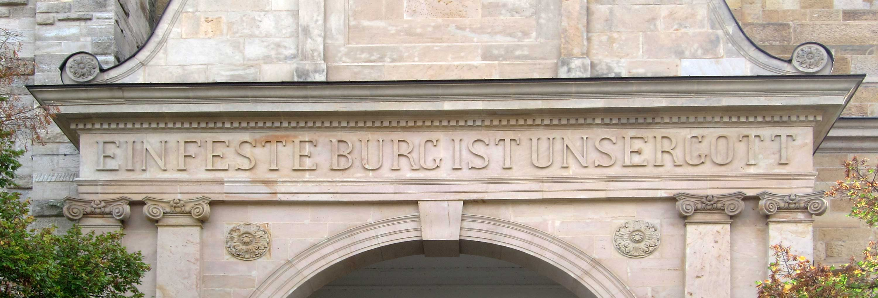 "The inscription on the portal of the Georgenkirche in Eisenach: ""Ein feste Burg ist unser Gott"", the title of BWV 80."